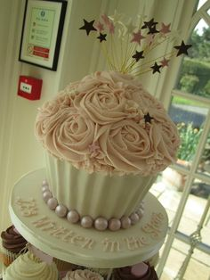 Gorgeous cupcake cake....I will attempt to make this for Mia's birthday...minus the stars :)