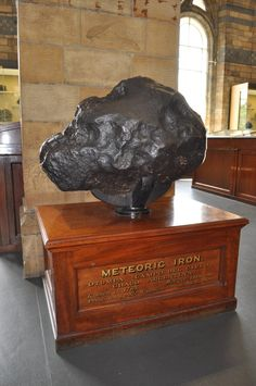 Meteorite, Natural History Museum, London, England Pictures Of Rocks, Pictures Of The Week, Crystals Minerals, Rocks And Minerals, Natural History Museum London, Gem Hunt, Iron Meteorite, Mineralogy, Space And Astronomy