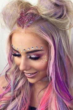Pink/purple Palette With Glitter And Gems Rosa / lila Palette Mit Glitzer Und Edelsteinen . Lila Palette, Purple Palette, Coachella Make-up, Make Up Looks, Make Carnaval, Party Makeup Looks, Glitter Makeup Looks, Glitter In Hair, Glitter Bomb