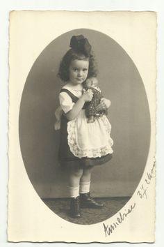 Foto-AK, Süsses Mädchen mit Puppe, 1919
