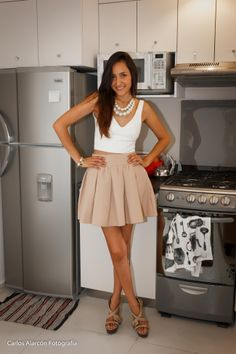 Falda beige, crop-top blanco