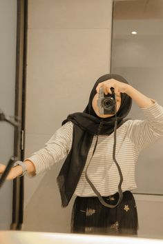 Ulzzang Korea, Ulzzang Girl, Aesthetic Photo, Aesthetic Girl, Casual Hijab Outfit, Casual Outfits, Selfi Tumblr, Foto Mirror, Pose Reference Photo