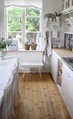 35 Gorgeous Farmhouse Kitchen Design Ideas With Wooden Floor - If you like the rustic look then using country kitchen designs can give you that look. With a country kitchen it should exude nostalgia and warmth, us. Farmhouse Kitchen Inspiration, Country Kitchen, New Kitchen, Kitchen Decor, Kitchen Interior, Kitchen Wood, Kitchen Ideas, Kitchen White, Decorating Kitchen