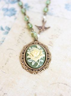 Declaración del camafeo collar de marfil Rose colgante de Rose Collar del pájaro del encanto de la joyería del cuento de hadas del vidrio verde de la chispa romántica joyería del estilo de la vendimia