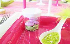 Voici un mini-pot à confiture en plastique rempli de délicieuses dragées (au chocolat ou aux amandes).   Inscrivez-y un prénom ou une date (sur le couvercle par exemple). Vos convives seront ravis de repartir avec ce souvenir.
