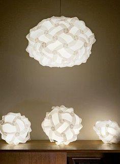 Aqui las instrucciones y moldes para construir con tus propias manos una lámpara de diseño, la lámpara en cuestión es la IQ light una creac...