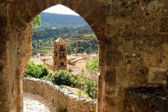Les villages de France les plus romantiques. Moustiers-Sainte-Marie, près des gorges du Verdon.
