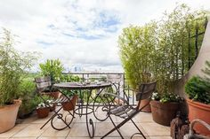 Белоснежный интерьер двухуровневой квартиры в Париже