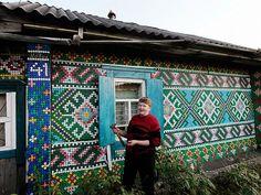Une retraitée russe utilise 30 000 bouchons de bouteille pour décorer sa maison
