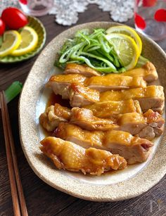 レンジで簡単美味しい、しかもお肉ジューシーな照り焼きチキンです。    加熱後の容器に残ったタレをかけて召し上がってください。このタレ美味しいんです(^.^)    トッピングには刻んだ長ねぎや黒胡椒がよく合いますよ♪ No Cook Meals, Chicken Wings, Meat, Cooking, Recipes, Foods, Kitchen, Food Food, Food Items