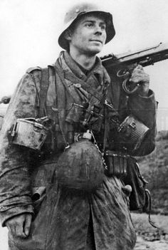 German MG-42 machine-gunner soldier Ww2 Pictures, Ww2 Photos, Historical Pictures, German Soldiers Ww2, German Army, Mg34, Germany Ww2, War Dogs, War Photography