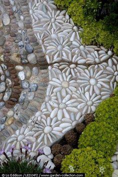 Flower pattern (daisies) mosaic stone pebble patio or garden pathway designer: Janette Ireland photographer: Liz Eddison Pebble Patio, Pebble Garden, Pebble Mosaic, Mosaic Garden, Stone Mosaic, Pebble Art, Rock Mosaic, Pebble Stone, Mosaic Walkway