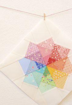 Wie man einen Quilt Block paper pieced… How to paper piece a quilt block… MATERIALIEN Schnittmuster hier herunterladen 24 Stoffstücke, ca. 10 x 15 cm groß 1 Fat Quarter (45 x 55 cm) wei…