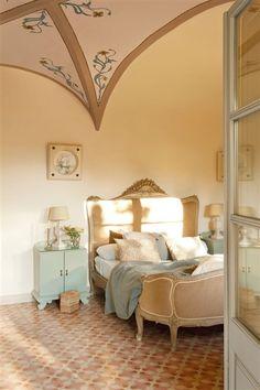 """""""Indiano"""" house revisited - master bedroom Dormitorio principal con cama antigua"""
