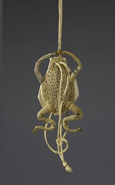 Gold thread and yellow taffeta purse in the shape of a frog, century. Courtesy Royal Collection Trust (C) Her Majesty Queen Elizabeth II sartorial styles of Scottish Kings and Queens revealed in new exhibition at The Queen's Gallery - Alain. Vintage Purses, Vintage Bags, Vintage Handbags, 17th Century Clothing, 17th Century Fashion, Los Tudor, Royal Collection Trust, Sweet Bags, Famous Artwork