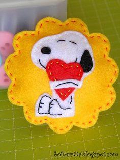 Broche divertido y original de Snoopy abrazando un corazón