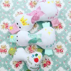Our cute little ducklings have so far been available in small 21cm. Now you are able to order these cuties in medium (28cm) or large (35cm). They are also next to pink, blue and red also available in yellow, mint, aqua, green and purple.