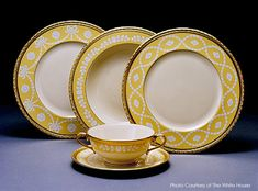 President William Jefferson Clinton official White House State Dinner Service of 300 pieces was commissioned in made by Lenox of Trenton NJ. The Service Plate had an image of the White House in the center. Bill And Hillary Clinton, William Clinton, White House Washington Dc, Terracotta, American Presidents, American History, Antique China, China Patterns, Place Settings