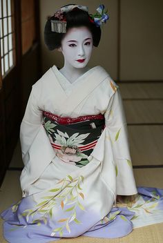 Japan-- a maiko, or trainee geisha, recognizable because of her more prominent makeup, more colorful kimono and her hairstyle. many pictures of 'geisha' are actually of maiko. Geisha Japan, Geisha Art, Yukata, Japanese Beauty, Asian Beauty, Geisha Samurai, Look Kimono, Kimono Japan, Japanese Costume
