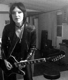 Lzzy Hale of Halestorm looking like a young Joan Jett Music Is Life, New Music, Lzzy Hale, Pat Benatar, Pretty Reckless, 3d Figures, Women Of Rock, Halestorm, Joan Jett