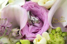 Close-up trouwringen in bruidsboeket