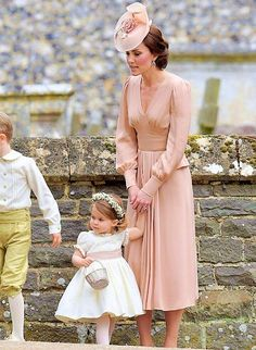 Kate Middleton Photos Photos - Catherine, Duchess of Cambridge speaks to Princess Charlotte after the wedding of Pippa Middleton and James Matthews at St Mark's Church on May 2017 in in Englefield, England. - Wedding of Pippa Middleton and James Matthews Kate Middleton Outfits, Vestidos Kate Middleton, Kate Middleton Stil, Pippa Middleton Wedding, Kate Middleton Fashion, Princess Kate Middleton, Alexander Mcqueen Kleider, Royal Fashion, Bridesmaids