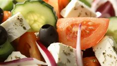 Greek Salad Recipes, Healthy Salad Recipes, Snack Recipes, Cooking Recipes, Traditional Greek Salad, Queso Feta, Frozen Puff Pastry, Fish Dishes, Yummy Food