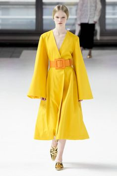 Carolina Herrera Fall 2020 Ready-to-Wear Collection - Vogue Couture Fashion, Runway Fashion, Fashion Show, Fashion Design, Fashion Trends, Fashion Fashion, Womens Fashion, Yellow Skinny Jeans, Yellow Fashion