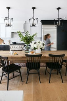 Kitchen Soffit, Kitchen Dinning Room, Dining Room Design, New Kitchen, Kitchen Ideas, Kitchen Cabinets, Modern Farmhouse Kitchens, Home Kitchens, Farmhouse Design