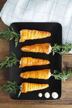 Puff pastry carrots with lemon curd filling - Brunch☕️ - Thanskgiving Easter Dinner Recipes, Easter Brunch, Thanksgiving Recipes, Dessert Recipes, Tapas, Mezze, Lemon Curd Filling, Lemon Curd Cake, Party Finger Foods