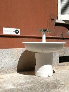 Bisogna rinfrescarsi! Fontana anni30 in metallo smaltato bianco.  6 rubinetti in alluminio. Funzionante.  Misure 100x100h #magazzino76 #viapadova76 #M76 #milano #modernariato #antiquariato #vintage #design #curiosita #Fontana #anni30 #anni40 #solocoseoriginali #solocosebelle