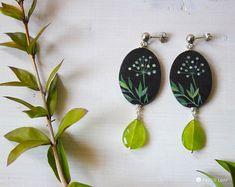 Grandi orecchini pendenti ovali, orecchini artigianali dipinti a mano in stile botanico, orecchini neri con perno a pallina, fiori selvatici