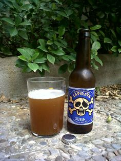 Marca: La Pirata.  Clase: Súria.  Fabricante: Ca l'Arenys.  Cerveza artesanal de cebada.  Estilo: American Pale Ale.  Procedencia: Barcelona (España).  Fermentación: Alta.  Grados: 5,6%.