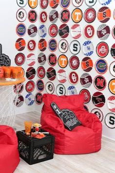 Create a slam dunk DIY backdrop for your March Madness Party using college basketball team paper plates! Get the details on this and other basketball themed party ideas now at fernandmaple.com.