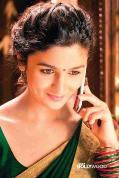 Alia bhatt in 2 states telling her friend what she saw. Bollywood Heroine, Bollywood Actress, Indian Celebrities, Bollywood Celebrities, Alia Bhatt 2 States, 2 States Movie, Alia Bhatt Saree, Aalia Bhatt, Alia Bhatt Cute