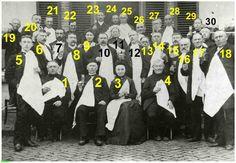0213984 Coll. Chr. Warnar: Het 50-jarig jubileum van Burg. (2) Godefridus Marcelis Frencken 1894: v.l.n.r.zittend Pastoor Smits (1) Th. Eijsbouts Wethouder Burgemeester zijn vrouw (3) Anna Christina Goossens J.Loomans wethouder J.Frenckende vader Kantonrechter Antoon Bluijssen Willem Bluijssen Johan Bluijssen A.ten Haaf-Meester J.Schippers-Dokter A Sengers F.Brouwers Hannes Coolen G.Cuppers ?-Eijsbouts Marie ten Haaf Marie Verberne Dina Eijk. Toast allen borrel in de hand. Wie helpt ons…