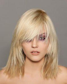 Diese Frisur für dickes Haar basiert auf groben Stufen, die von der Ponypartie weggehen und den Haaren so an Volumen nehmen und der Frisur mehr Kontur verleihen. Bei besonders dicken Haaren können die Stufen auch ausgedünnt werden. Und hier zeigen wir euch noch mehr Frisuren für dickes Haar...Alles zum Thema Haare, hier: Frisuren