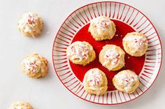 Cover White Chocolate-Peppermint Pudding Cookies with crushed peppermint candies. These White Chocolate-Peppermint Pudding Cookies are great for gifting. Cookie Desserts, Cookie Recipes, Dessert Recipes, Pudding Cookies, Yummy Cookies, Christmas Cookies, Jell O, Instant Pudding, Holiday Baking