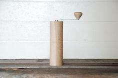 tenisoe コーヒーミル ¥16,000 W58×H198mm(ハンドル含まず) 「テニソエ」は、日々使いの道具により「日々の暮らしに楽しさや温かさをプラスしたい」想いから、既製品に手を加えたり、新しく作ったりしている製作所。 国産天然ナラ(楢)材の柾目に見られる虎斑(トラフ)と呼ばれる模様が表れ、とても美しい。 無塗装うずくり仕上げで、木目が引き立つ。 ミル部はポーレックス社製。