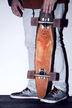 Marco et Sven Gabriel, deux designers avec de la suite dans les idées, ont eu une idée toute simple : prendre un morceau de bois, y ajouter des trucks et des roues et le transformer ainsi en un skateboard totalement fonctionnel en 2 temps 3 mouvements. Ba...