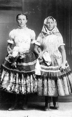 Literárna spoločnosť Pravé orechové Folk Costume, Costume Dress, Costumes, Old Photos, Vintage Photos, Ethnic Outfits, Ethnic Clothes, Two Ladies, Vintage Beauty