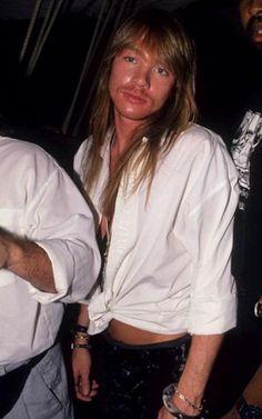 Axl Rose na tendência da camisa social branca com torcidinho.