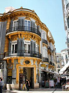 Edificio del centro histórico de Málaga Trinidad, Travel Box, City Landscape, Malaga, Places Ive Been, Street View, Mansions, Granada, House Styles