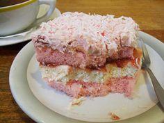 Gateau fondant aux biscuits roses et sa creme au champagne Pour le cake : 15 biscuits roses de Reims 120g de poudre d'amandes 3 oeufs (jaunes et blancs séparés) 160g de sucre en poudre 70g de beurre 1 petit jus de citron  Pour la creme: 1/2 tasse de beurre froid 2 1/2 tasses de sucre en poudre 4 c. à table de champagne (ou vin blanc)  Pour la couche franboise : 1 pot de confiture