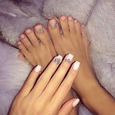 Manicure style (two accent nails)