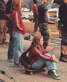 Stranger Things behind the scenes>> how do they have a stunt double and the real actor look the same! That's real magic right there Stranger Things Fotos, Stranger Things Kids, Stranger Things Season 3, Stranger Things Aesthetic, Stranger Things Netflix, Stunt Doubles, Sadie Sink, Film Serie, Mad Max