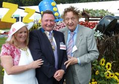 Funnyman Ken Dodd gave his seal of approval to an award-winning design at this year's Royal Horticulture Society Flower Show.