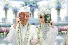"50.4rb Suka, 983 Komentar - Sari Endah Pratiwi (@saritiw) di Instagram: ""Alhamdulillah punya buku iniyyyy❤️ . Awal kenal kelas 1 sma dan alhamdulillah terus bareng ga…"" Muslimah Wedding Dress, Muslim Wedding Dresses, Boho Wedding Dress, Wedding Couple Poses, Wedding Couples, Wedding Bride, Indonesian Wedding, Foto Wedding, Akad Nikah"