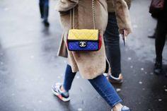 2.55 multicolor: Esta es la versión más divertida del icónico bolso de Chanel y que combina a la perfección con los jeans y las Air Max también de colores (pfw - fw14).