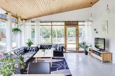 Home Decor Wall Villa by Swedish architect Bruno Mathsson.Home Decor Wall Villa by Swedish architect Bruno Mathsson Interior And Exterior, Interior Design, Wooden Ceilings, Ceiling Design, Elle Decor, Cheap Home Decor, Home Decor Accessories, Country Decor, Home Remodeling
